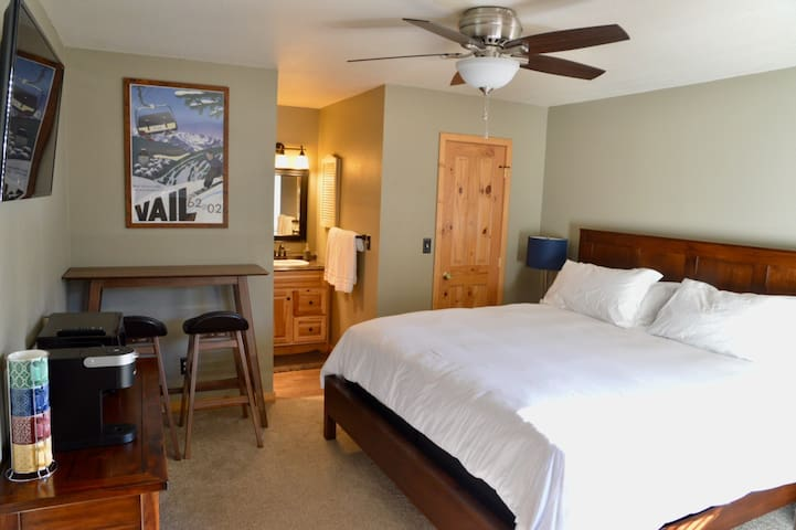 New! Clean bright 1BR Eagle-Vail lockoff w/parking