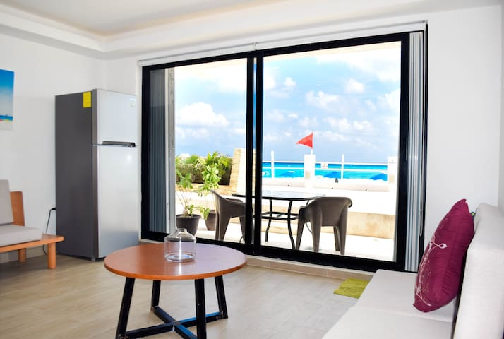 Terrace and direct access to the beach / terraza de frente a la playa