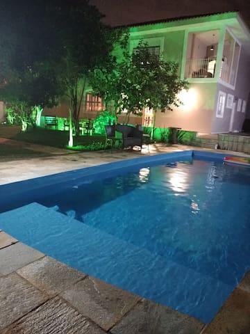 Mansão c/ piscina e área verde 15 min Av. Rebouças