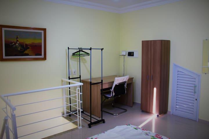 Dormitório casal, pavimento superior. Escritório de estudo, banheiro, arara, armário, ,ar condicionado split 18.000btus, ventilador de teto, detector de fumaça. Wi fi 500mb GRATÚITO.