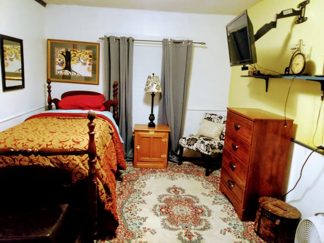 Guestroom #1 Perfect for Students, Out of Town Nurses, and Physicians, etc...,