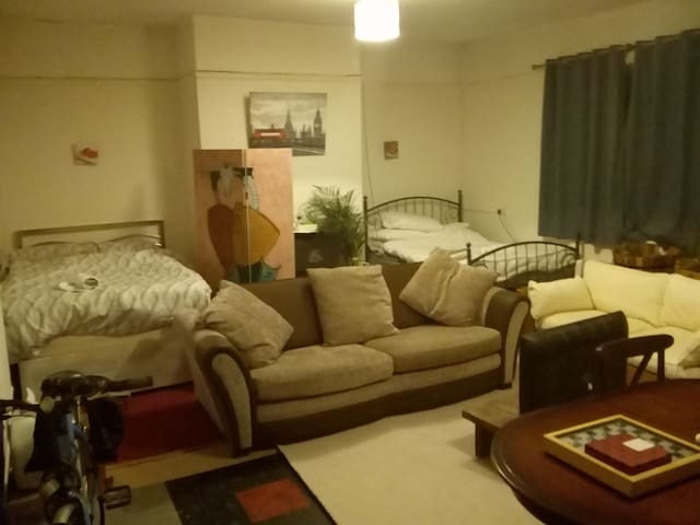 """""""New York"""" large Deluxe bedroom - 2  dble beds ++"""