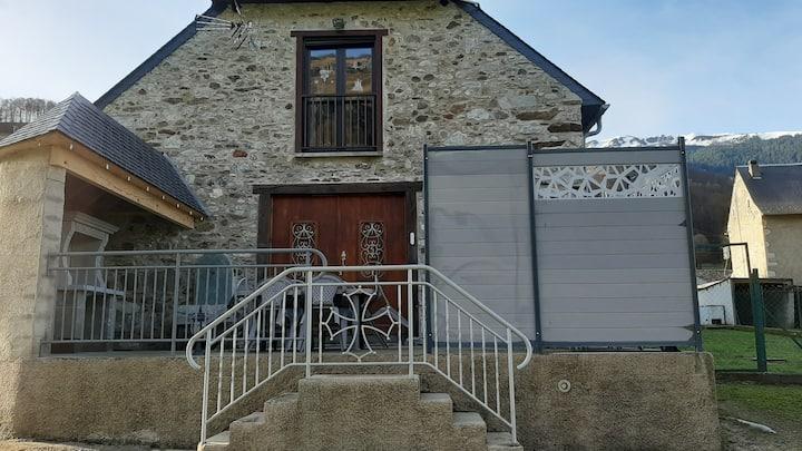 Grange rénovée vue sur la montagne à Campan ***