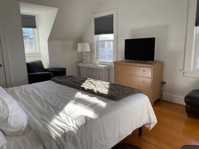 BEDROOM 1 WITH ROKU TV