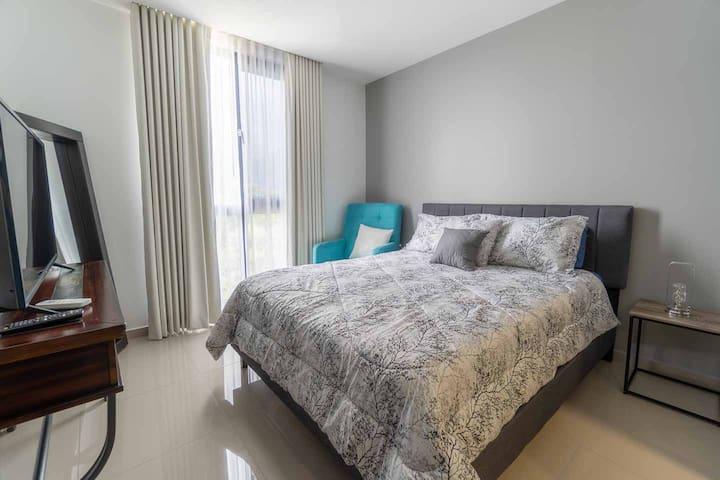 Habitación principal, cuenta con una hermosa vista de la ciudad.  The Master bedroom, has a beautiful view of the city.