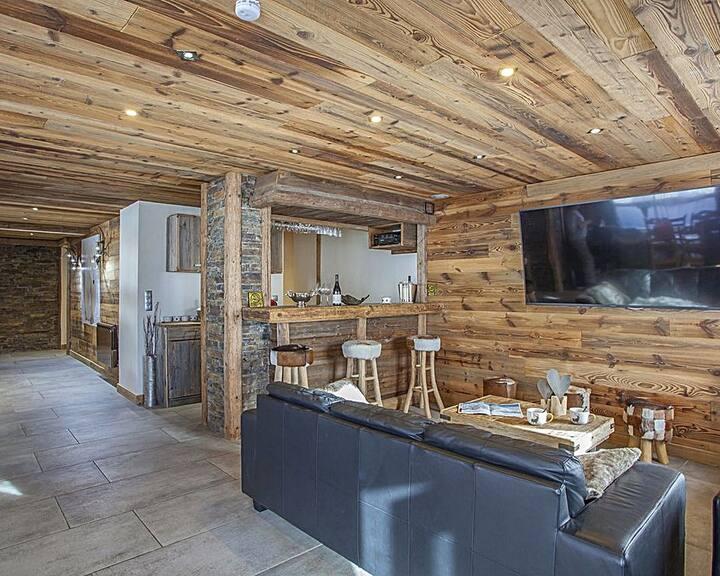 Modernist chalet 5 bdr - close to ski slopes & hot tub