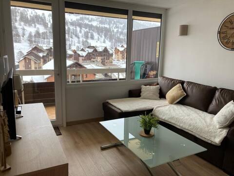 Studio 24 m2 rénové avec terrasse et ski aux pieds