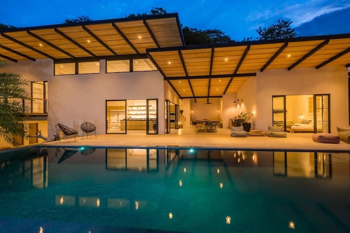 Modern villa with pool a few steps from Tamarindo