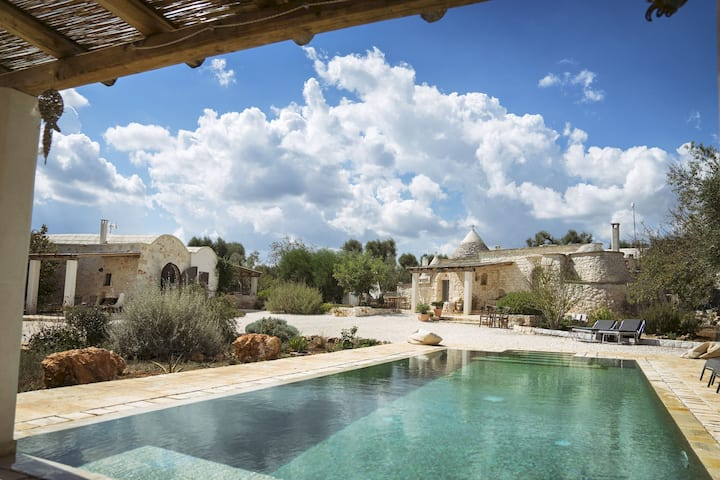 Romantic trullo with infinity pool