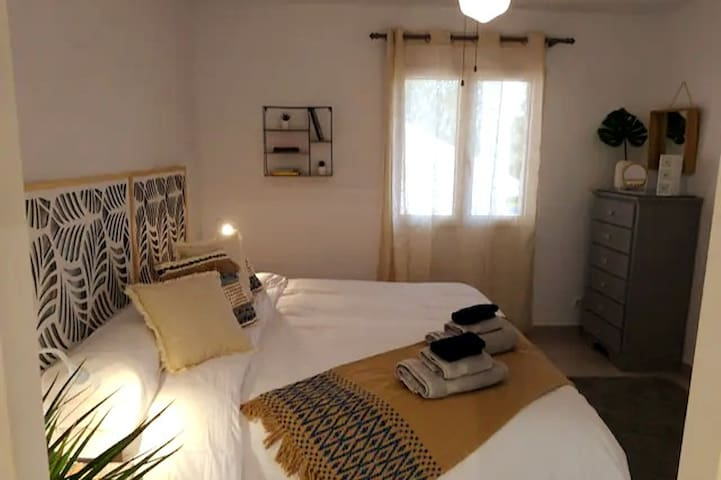 Habitación con cama de 180 cm. Sábanas y toallas a vuestra disposición.