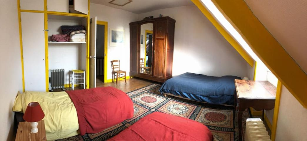 Chambre 5,  2ème étage 1 lit double 120,  2 lits simples