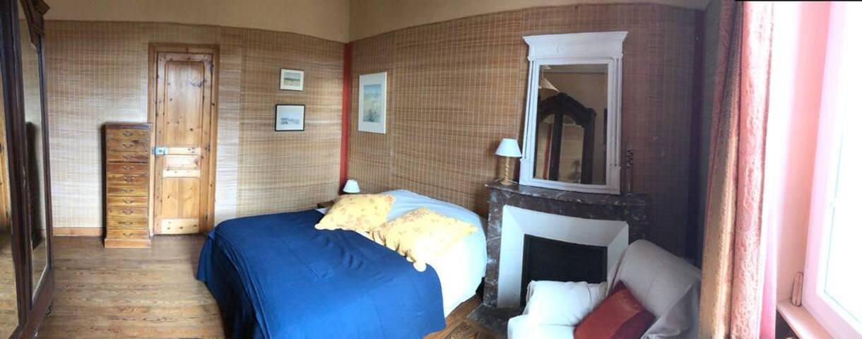 Chambre 3, 1er étage, lit double 140 accès salle de bain