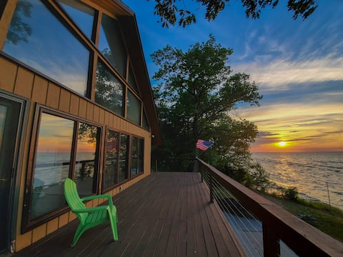 """""""The Lakehouse"""" - North Shore Lakefront Chalet"""