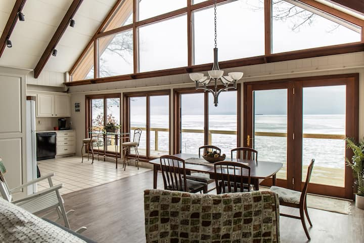 """""""The Lakehouse"""" - Lakefront Chalet on the N. Shore"""