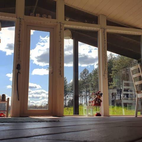 Уютный светлый дом с панорамными окнами