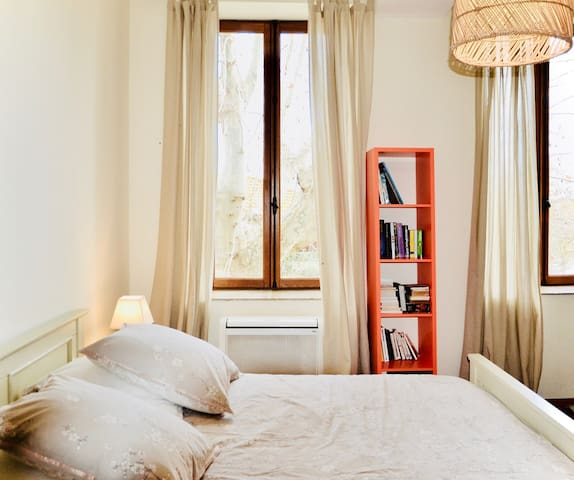 Room on estate with pool 5 min. from city center