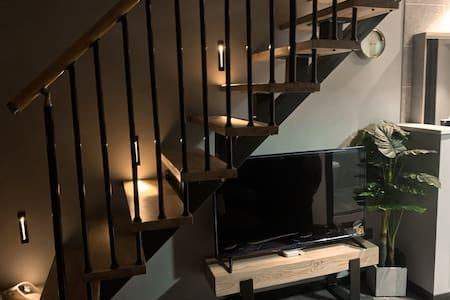 上下楼梯配备有感应地灯提高安全性
