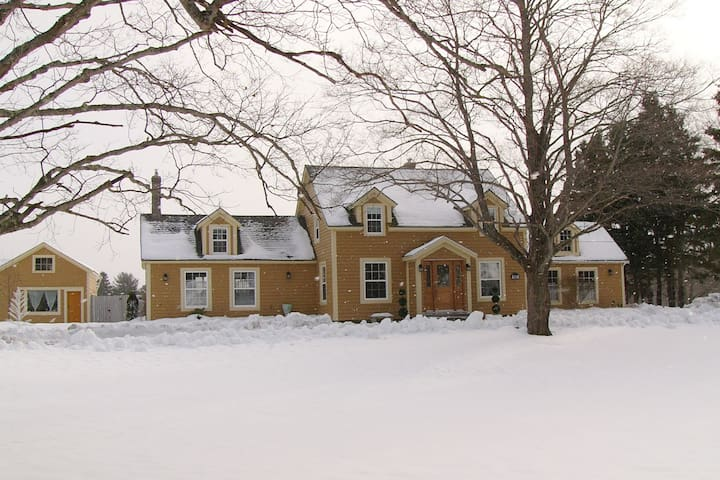 Heritage Cape, 2 Fireplaces, Hot Tub, Pool, 4 Beds