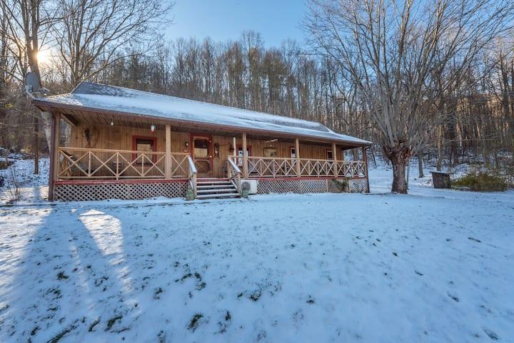 Mountain Creek Cabin - Peaceful Getaway!