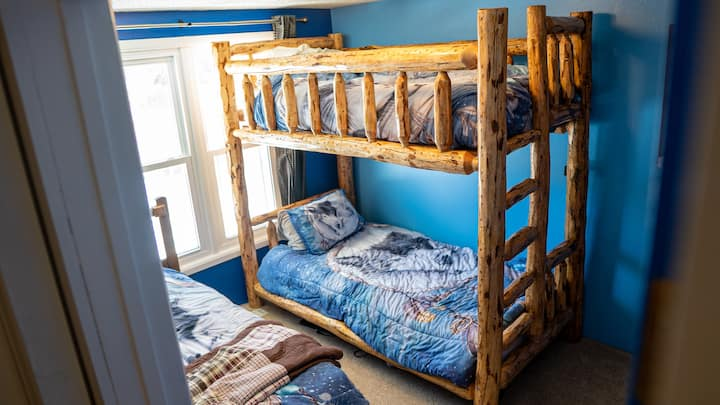 ShredLife Eco Hostel - Blue/Green/White Room #1