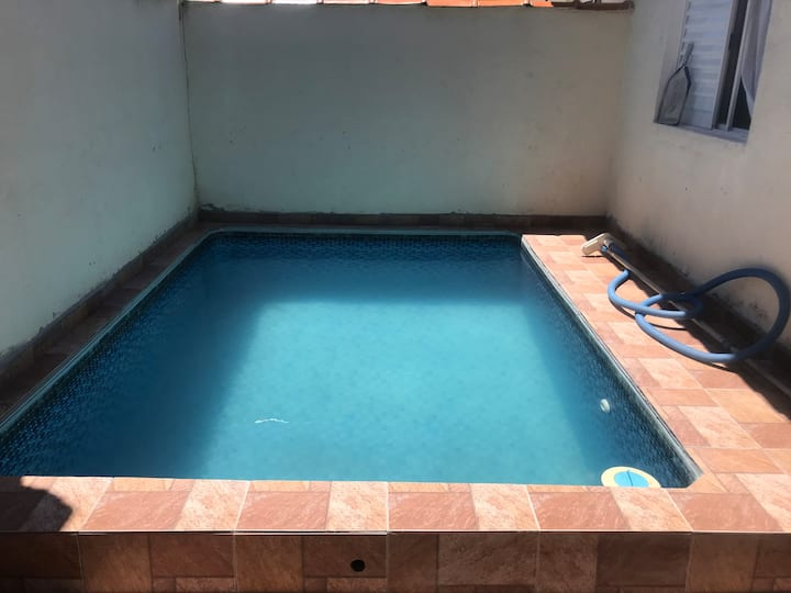 Casa com piscina em condomínio