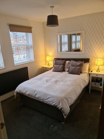 Double room in Cheltenham (property has 2 dogs)