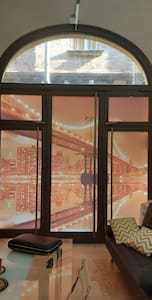 Il loft dispone di un ingresso dall'atrio del palazzo oppure un portone di entrata direttamente sulla strada