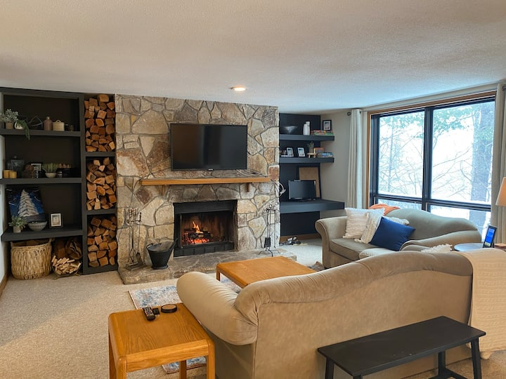 Updated Condo at Base of Mt Snow w Fireplace