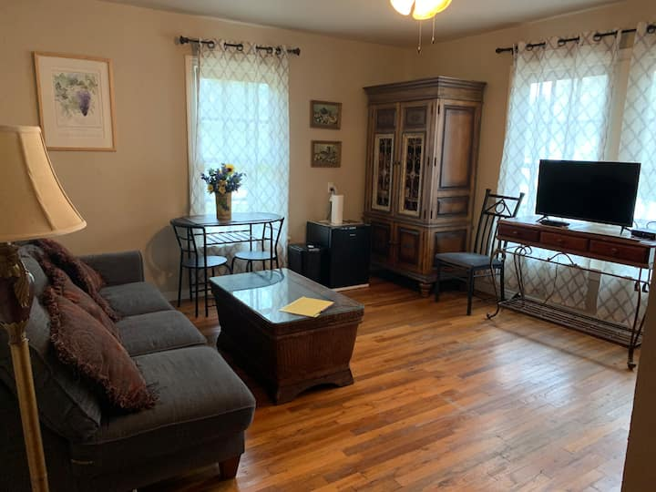 Cozy 2 Bedroom Suite on Main St.  Grapevine