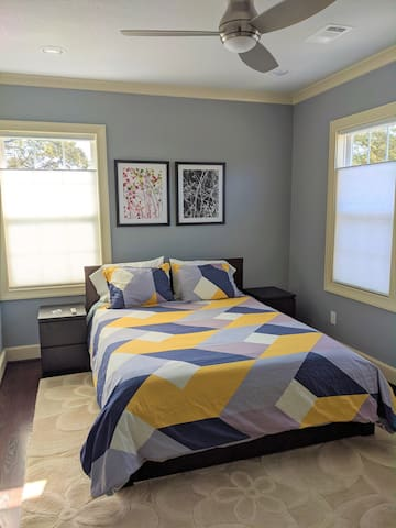 Ceiling fan and Air Conditioning. Comfortable Queen bed with Casper mattress. 100% cotton duvet and linens for your ultimate comfort. 4 hypoallergenic pillow provided, in various firmness, so you can choose what works best for your sleep.