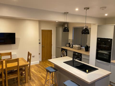 Relaxing Beautiful Deluxe 4 bed house & Hot-Tub