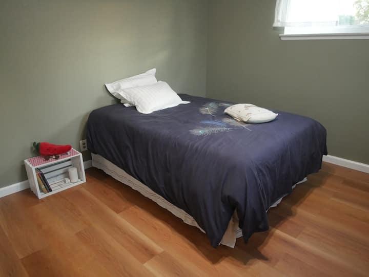 Sunny Bedroom & Private Bathroom