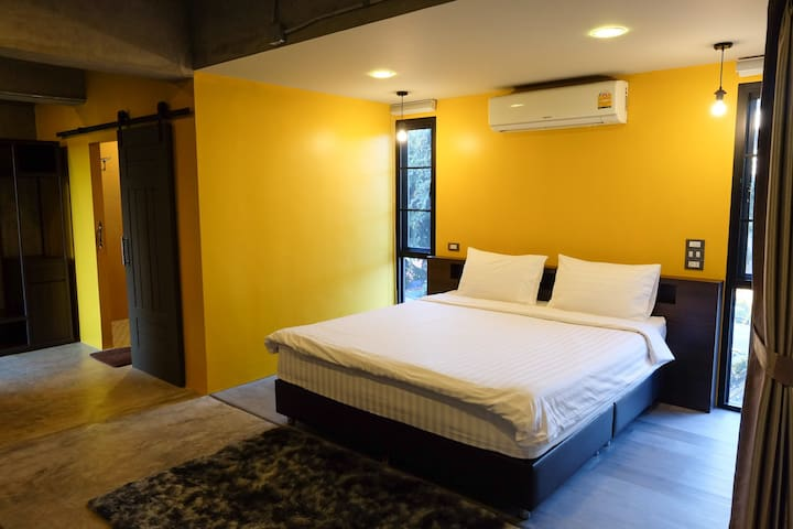 """Yellow Mustard"" King Bed-Private Bath-2nd Floor"