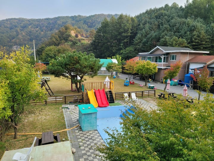 홍천강을 바라보며 넓은 잔디와 수영장, 키즈놀이공간을 갖춘 코코락유유 가족룸