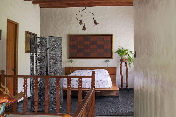 Habitación N° 1 en el segundo nivel de la casa, con cama queen.