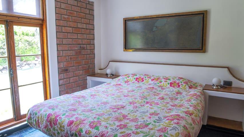 Habitación N° 2 con cama queen.