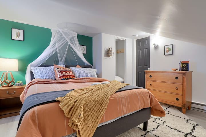 Small & Cute | 2 Min to Central Park | Fast WiFi