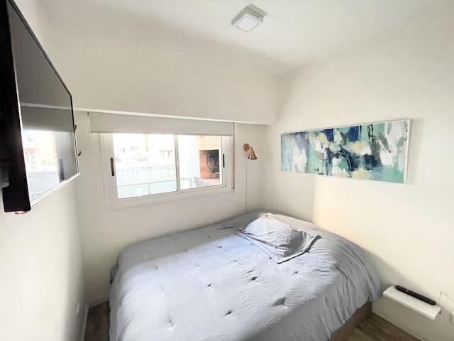Cuarto con TV 40 Full Smart y cama de dos plazas king size