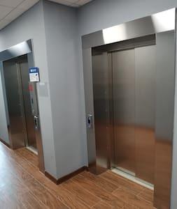 Грузовой лифт заберёт вас с ресепшен или парковки