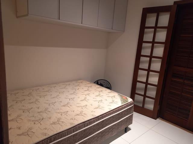Esta é a foto do Primeiro quarto.. e porta balcão que da para pequena area. neste quarto tem uma cama Box de casal, armario aéreo e um ventilador disponivel