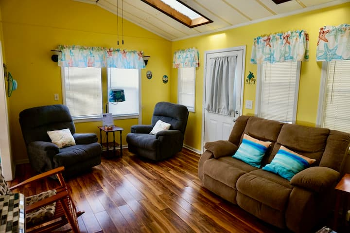 Ocean Lakes Bright Cozy House ,5 minutes to  beach