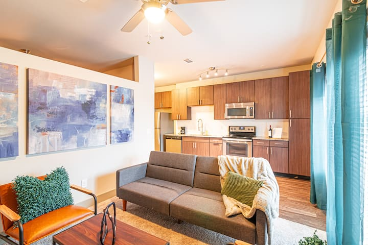 Heart of Downtown | Pool & Pet Friendly