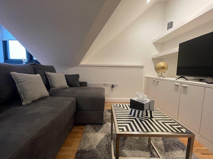 The Loft | Trendy Top Floor 1 Bed | Oakfield Apts