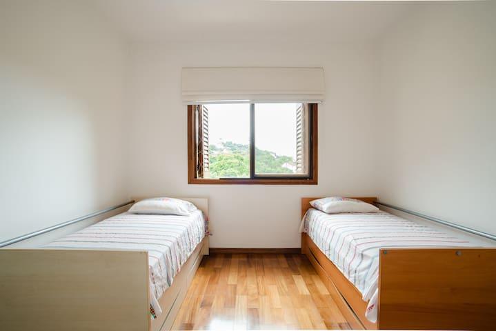 Suite 3 - 2 camas de solteiro + ar condicionado quente e frio