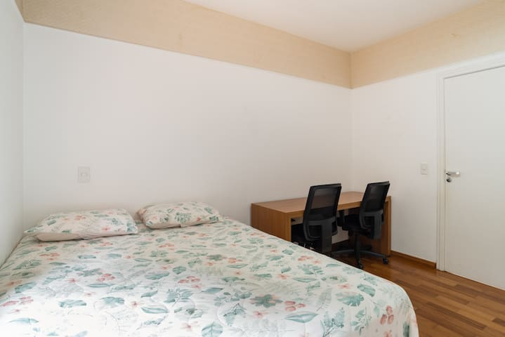 Suite 2 - Cama Queen + Escrivaninha com 2 cadeiras de escritório + ar condicionado quente e frio