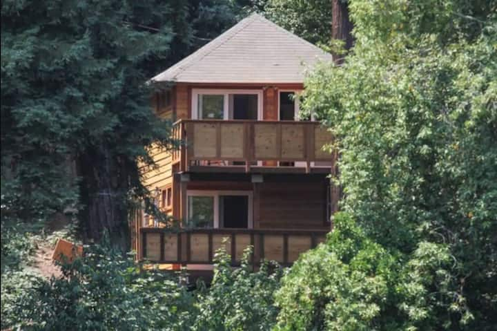 Riverview Treehouse with Hot Tub