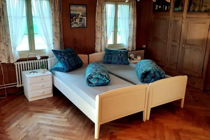 Schlafzimmer mit zwei Einzelbetten, ...