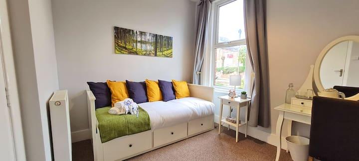 Cozy Bedroom w/ Free Parking , Kitchen & Garden.