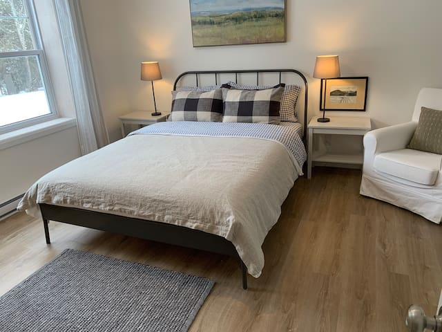 Downstairs bedroom with Queen bed and ensuite bathroom  Chambre rez-de-jardin avec lit Queen et salle de bain privée