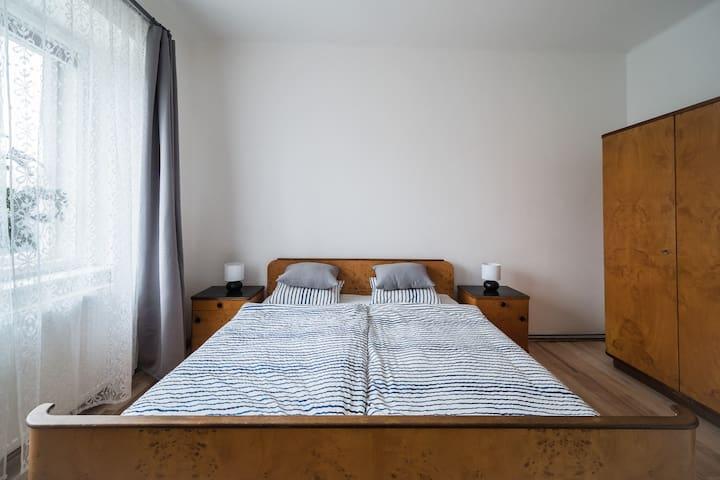 Samostatný pokoj s manželskou postelí